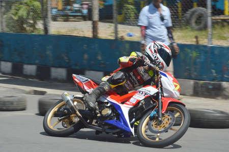 TARAKAN, INDONESIA. 20 de mayo de 2017. Motoprix campeonato nacional en el circuito no permanente Datu Adil Tarakan Stadium
