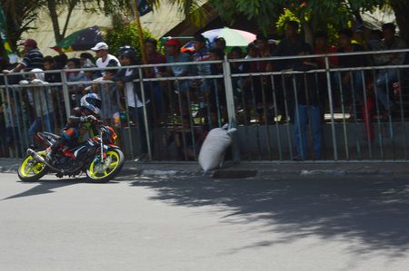 TARAKAN, INDONESIA. 20th May 2017. Motoprix national championship oin the non-permanent circuit Datu Adil Tarakan Stadium Stok Fotoğraf - 80296978