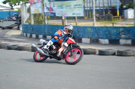 TARAKAN, INDONESIA. 20th May 2017. Motoprix national championship oin the non-permanent circuit Datu Adil Tarakan Stadium Stok Fotoğraf - 80297078
