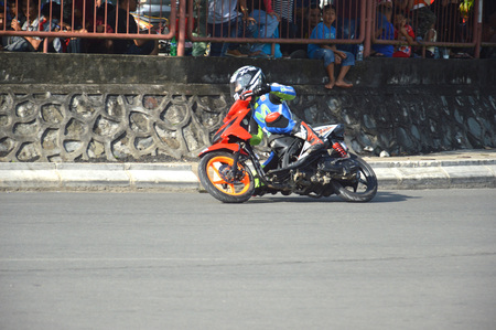 TARAKAN, INDONESIA. 20th May 2017. Motoprix national championship oin the non-permanent circuit Datu Adil Tarakan Stadium Stok Fotoğraf - 80363210