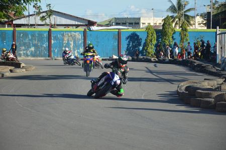 TARAKAN, INDONESIA. 21th May 2017. Motoprix national championship oin the non-permanent circuit Datu Adil Tarakan Stadium Stok Fotoğraf - 80363300