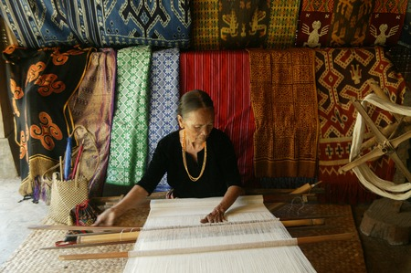 TORAJA, INDONESIA. 1st July 2009. Toraja old woman traditional cloth weavers 新聞圖片