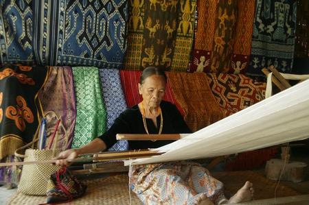 トラジャ、インドネシア。2009年7月1日トラジャ老婆伝統的な布織り機