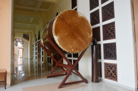 Bedug is a drum at Mosque, made from cowhide 版權商用圖片