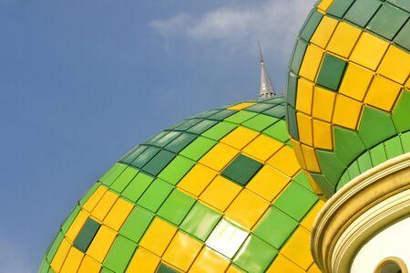 清真寺圆顶反对蓝天的