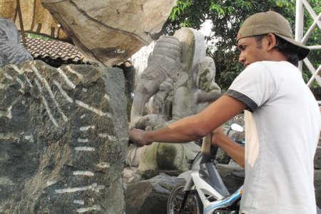 Mojokerto - Indonesia, 4 JUNE 2013 ; traditional stone sculptor at Mojokerto east java Indonesia Éditoriale