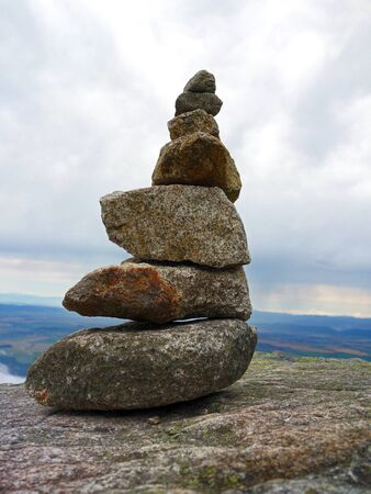 InukÅ¡uk stone men in the High Tatras 版權商用圖片