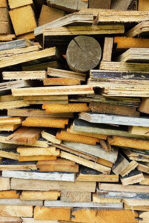 Ein Haufen geschnittenes Brennholz Standard-Bild