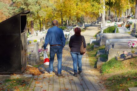 Two people go to the cemetery Imagens