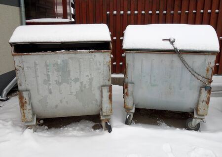 Snowy container for garbage Standard-Bild - 131323788
