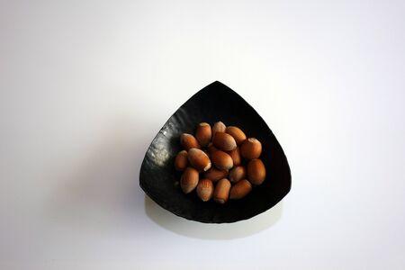 Hazelnuts in metal bowl Standard-Bild - 134877500