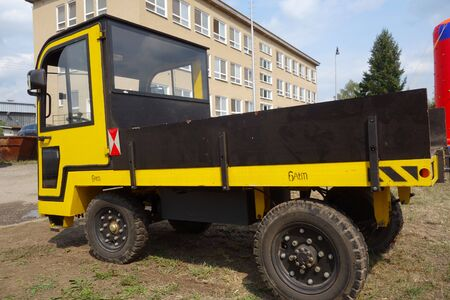 Standing transport vehicle