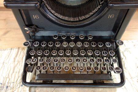 Old typewriter 版權商用圖片