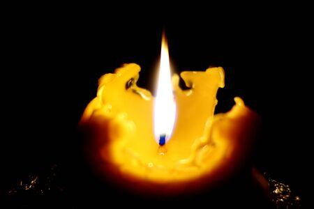 Płonąca świeca bożonarodzeniowa odlana z wosku pszczelego
