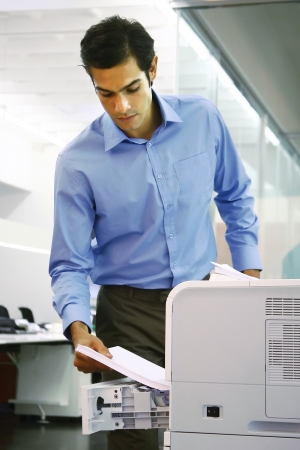 impresora: joven trabajador con una máquina de copia