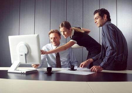 secretaria sexy: Grupo de algunos hombres de negocios que trabajan en la oficina al aire libre Foto de archivo