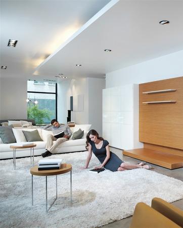 case moderne: giovane coppia rilassarsi a casa nel salotto moderno e luminoso