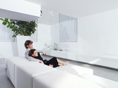 Relaxed jeune couple à la maison en plein salon Banque d'images - 28298362