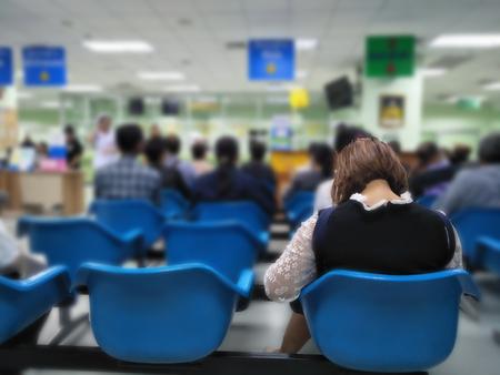 veel mensen wachten medische en gezondheidsdiensten naar het ziekenhuis, patiënten wachten behandeling in het ziekenhuis, wazig beeld van mensen