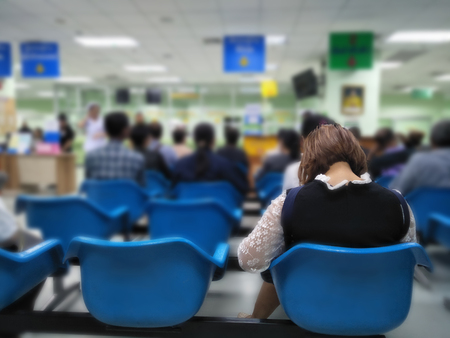 Viele Menschen warten auf medizinische Versorgung und Gesundheitsdienste im Krankenhaus, Patienten warten auf Behandlung im Krankenhaus, verschwommenes Bild von Menschen