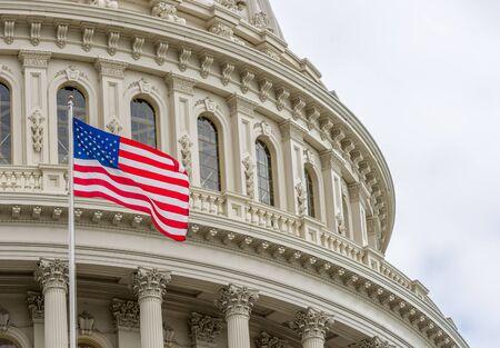 El edificio del Capitolio de los Estados Unidos con la bandera americana ondeando en Washington DC