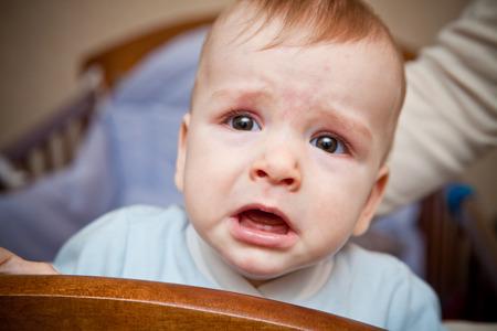 ni�o llorando: retrato de un beb� llorando  Foto de archivo