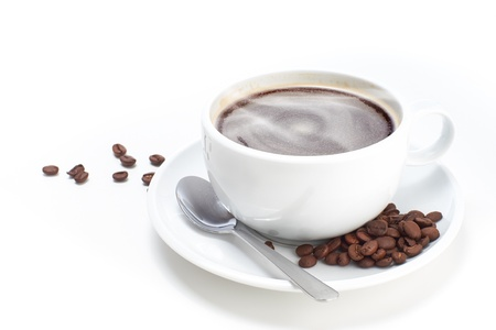 fondo blanco: Blanca taza de caf� con las habas en un fondo blanco aislado.
