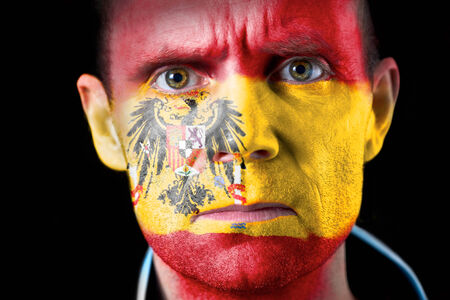 malandros: Una intensa mirada de un aficionado al f�tbol con la cara pintada con la bandera espa�ola