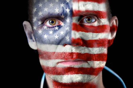 malandros: Una intensa mirada de un aficionado al f�tbol con su cara pintada con la bandera de Estados Unidos