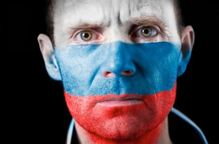 malandros: Una intensa mirada de un aficionado al f�tbol con su cara pintada con la bandera rusa.