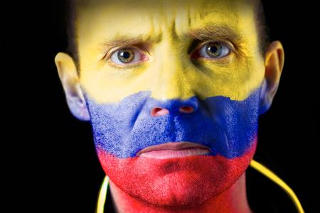 malandros: Aficionado al f�tbol agresivo con la cara pintada con la bandera colombiana