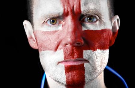 malandros: Aficionado al f�tbol agresivo con su cara pintada con la bandera de Ingl�s Foto de archivo
