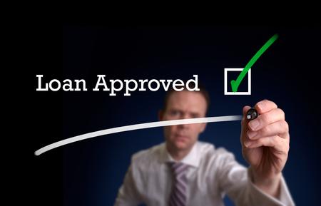Ein Versicherer schriftlich Darlehensanträge auf einem Bildschirm genehmigt.