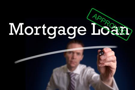 aide à la personne: Un prêt hypothécaire d'écriture de placeur approuvé sur un écran. Banque d'images