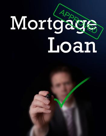 Ein Versicherer schriftlich Hypothek auf einem Bildschirm genehmigt. Lizenzfreie Bilder