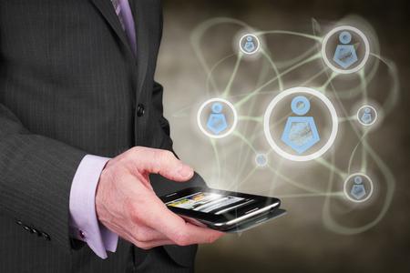 同僚や友人とインターネット経由で接続する実業家のコンセプトです。