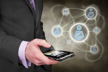 Een zakenman begrip verbinden met collega's en vrienden via internet. Stockfoto