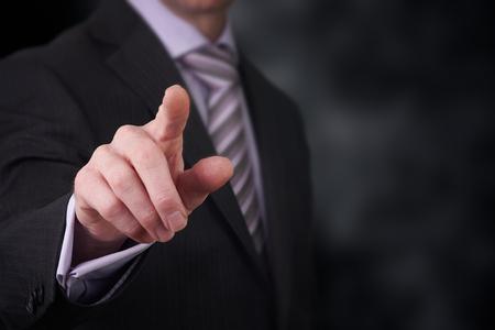 Um homem de neg�cios que aponta seu dedo em voc�. Banco de Imagens