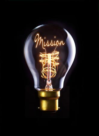 mision: Concepto de la misi�n en una bombilla de filamento. Foto de archivo