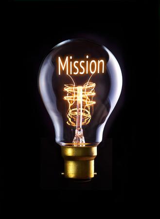 Mission-Konzept in einem Filament Glühbirne.