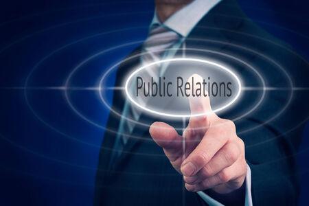 relations publiques: Homme d'affaires appuyant sur un bouton notion de relations publiques. Banque d'images
