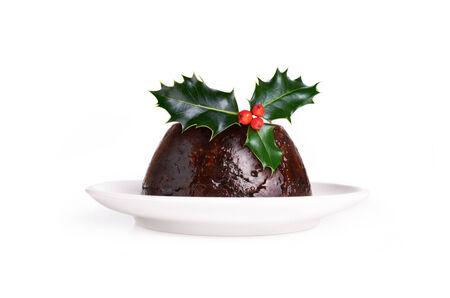 plum pudding: Christmas Pudding servivano rametto di agrifoglio Isolato Su Uno Sfondo Bianco.
