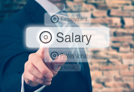 salarios: Empresario presionando un botón concepto de sueldos.