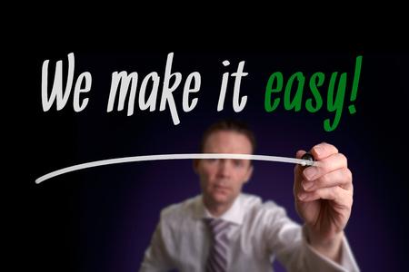 Een zakenman schrijven We Make It Easy op een scherm. Business Consultancy Concept.