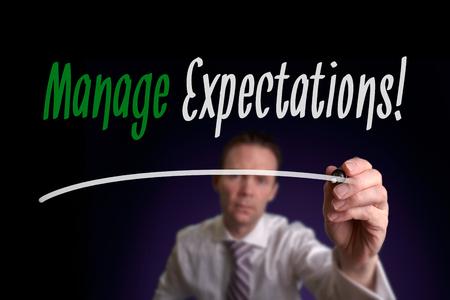 Ein Geschäftsmann schriftlich verwalten Erwartungen auf einem Bildschirm. Geschäftskonzept.