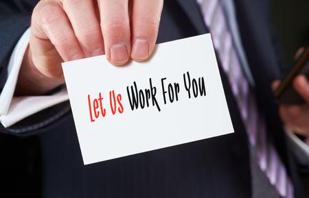 manos trabajo: Un hombre de negocios que sostiene una tarjeta de visita con las palabras, vamos a trabajar para usted, escrito en �l.
