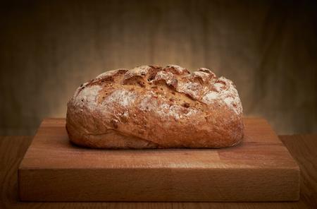 marrón: Recién horneado pan tradicional en una tabla