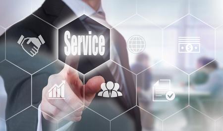 control de calidad: Empresario presionando un bot�n concepto de servicio.