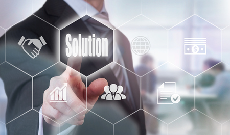 De negocios que presiona un botón Concepto de la solución.