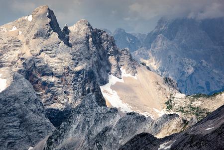 landschap: Gekartelde bergruggen in de Julische Alpen in Slovenië.